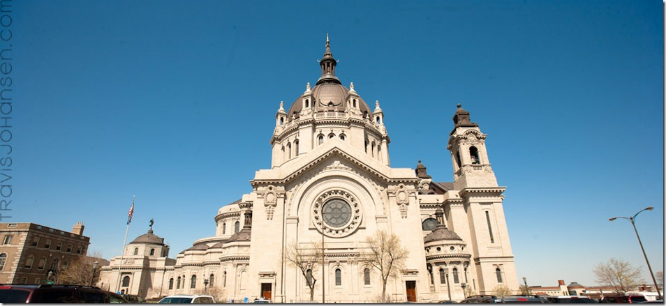 Photo of the St Paul Cathedral in Minnesota the day of a beautiful wedding with ablue sky